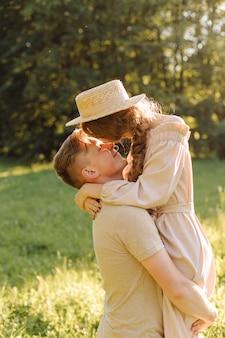 Jeune couple, amoureux, plein air.