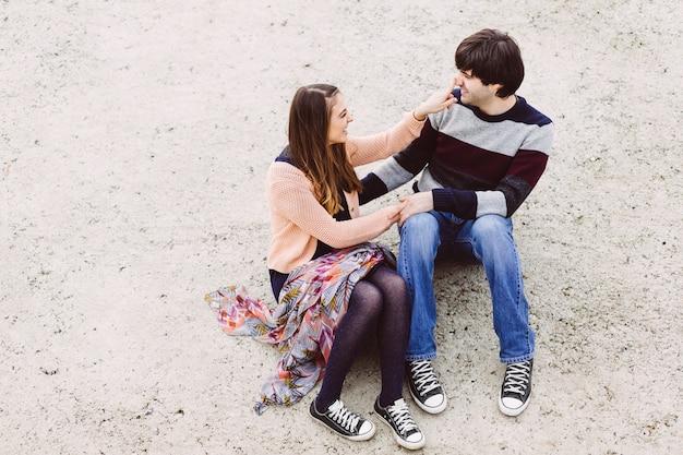 Jeune couple amoureux en plein air