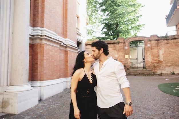 Un jeune couple amoureux profitant d'une promenade dans la cour de la vieille ville.