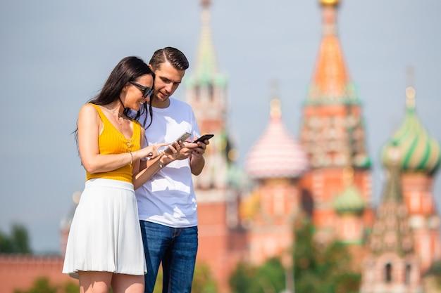 Jeune couple amoureux en promenade dans la ville de st basils church