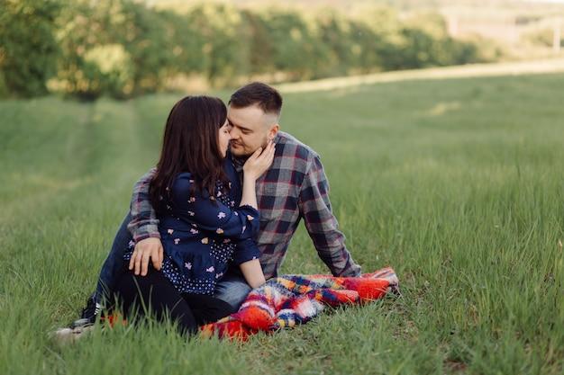 Jeune couple amoureux s'amuser et profiter de la belle nature