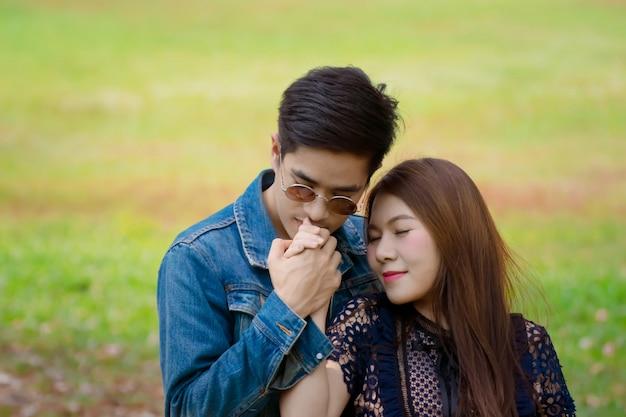 Jeune couple amoureux s'embrassent dans le parc.