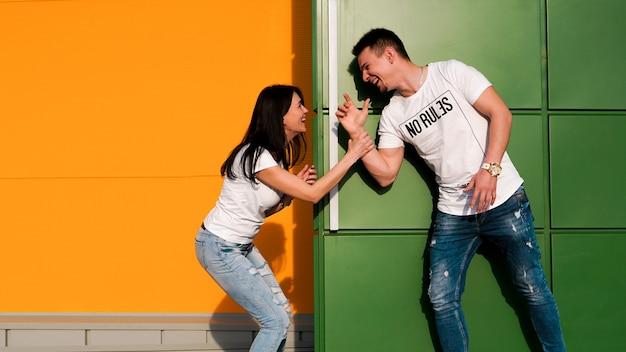 Jeune couple amoureux se cachant les uns des autres