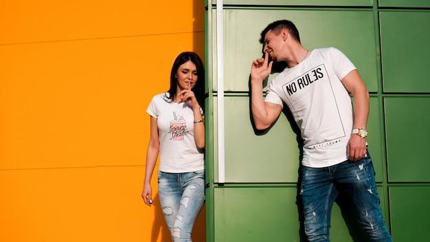 Un jeune couple amoureux se cache et essaie de faire peur