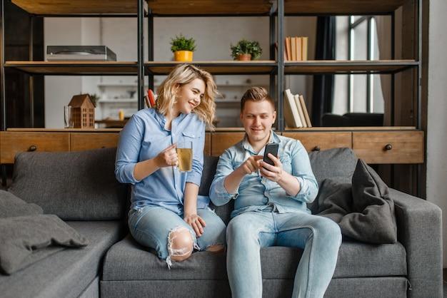 Jeune couple amoureux se détendre sur le canapé à la maison.