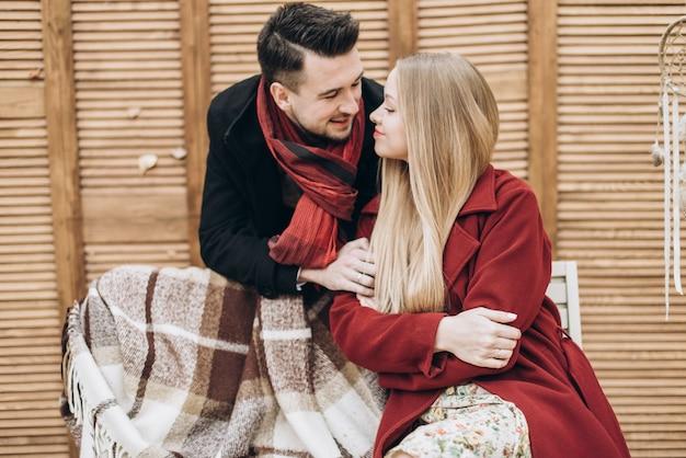 Jeune couple amoureux se liant les uns aux autres en marchant dans le parc par une journée d'automne romantique. concept d'amour et de relations