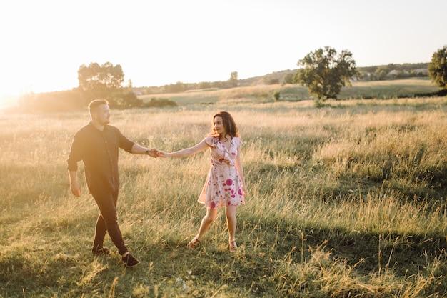 Jeune couple amoureux se promenant dans le parc