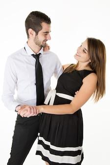 Jeune couple amoureux souriant et se regardant