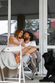 Jeune couple amoureux sur la terrasse de leur maison.