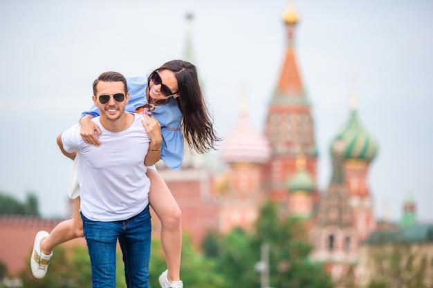 Jeune couple amoureux en train de marcher dans la ville