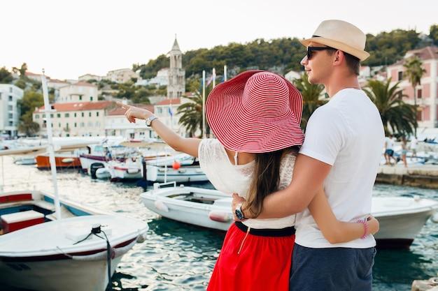 Jeune couple amoureux voyageant en lune de miel romantique