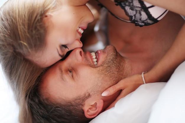 Jeune couple, amusant, dans lit