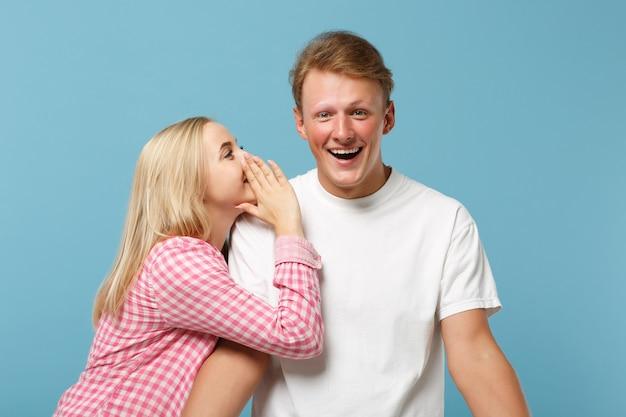Jeune couple amusant deux amis gars fille en blanc rose vide vide design t-shirts posant