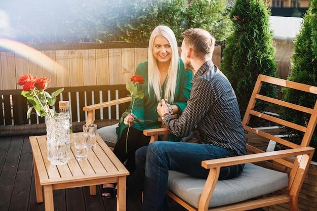 Jeune couple appréciant le temps au restaurant