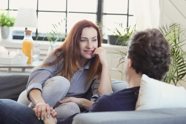 Jeune couple appréciant le temps ensemble à la maison