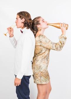 Jeune couple, apprécier, champagne, à, fête
