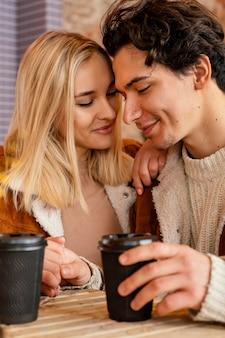 Jeune couple, apprécier, tasse café