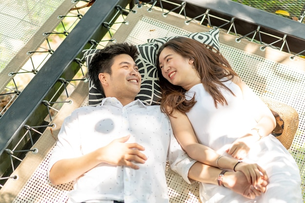 Jeune couple asiatique heureux en amour sur le balcon du berceau