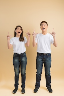 Jeune couple asiatique heureux présentant les symboles de la maison