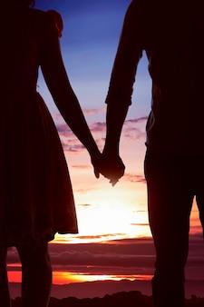 Jeune couple asiatique avec main dans la main