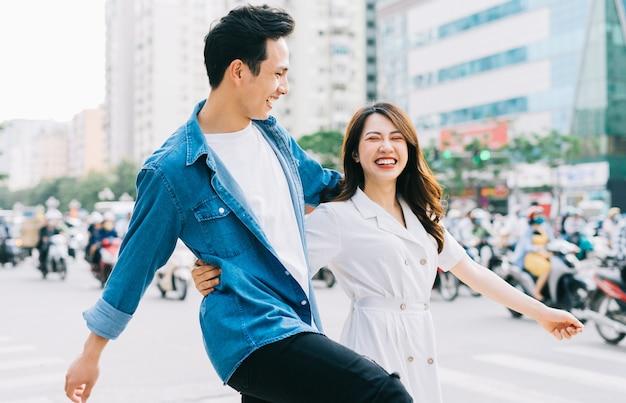 Jeune couple asiatique marchant dans la rue