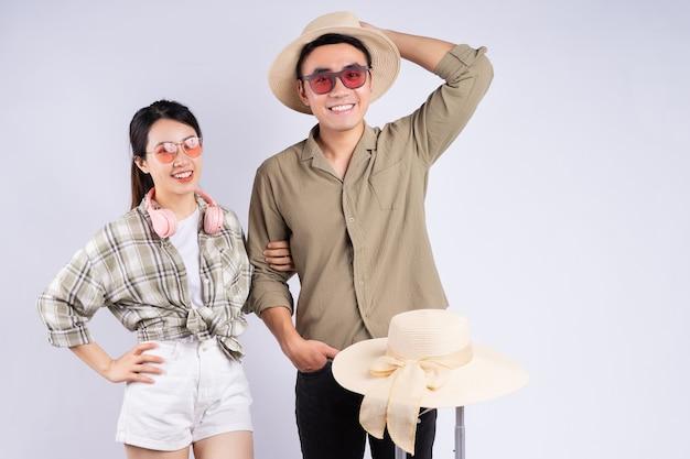 Jeune couple asiatique posant sur fond blanc