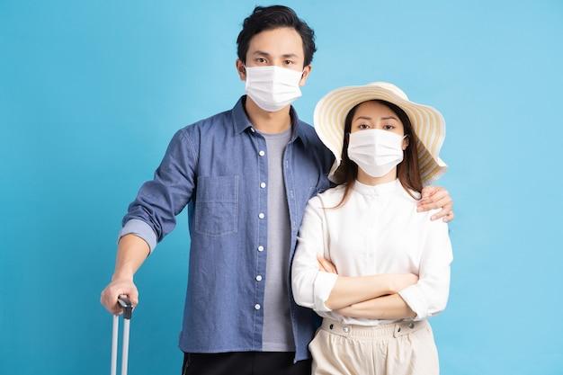 Jeune couple asiatique voyageant joyeusement ensemble