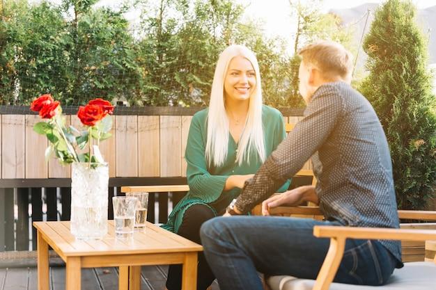 Jeune couple assis sur un balcon en train de passer du temps ensemble