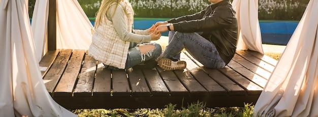 Jeune couple assis dans le belvédère. ferme et entreprise agricole