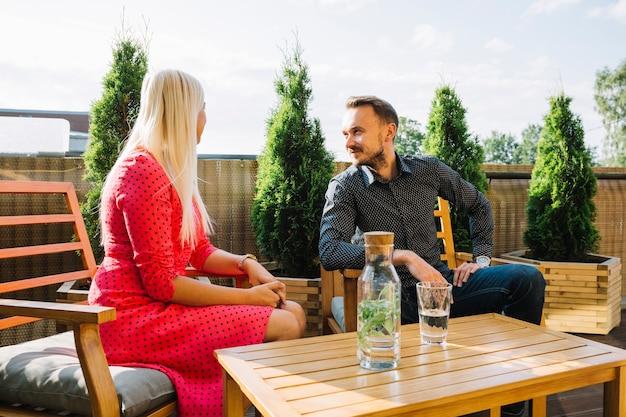 Jeune couple assis dans le restaurant sur le toit