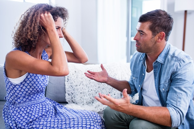 Jeune couple assis ensemble et discutant après un combat