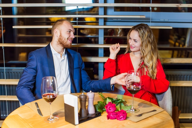 Jeune couple assis à table au restaurant