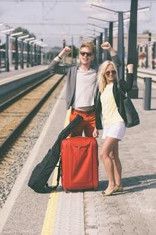 Jeune couple en attente à la gare