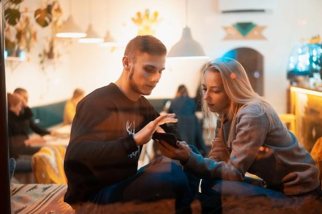 Jeune couple au café avec un intérieur élégant