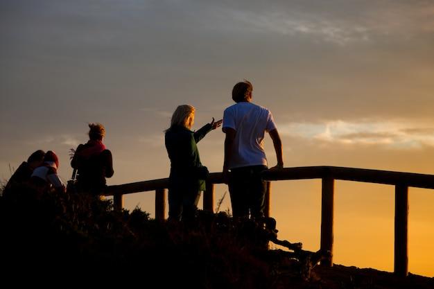 Jeune couple au coucher du soleil