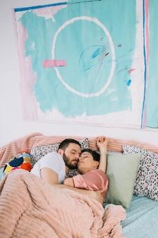 Jeune couple au lit le matin