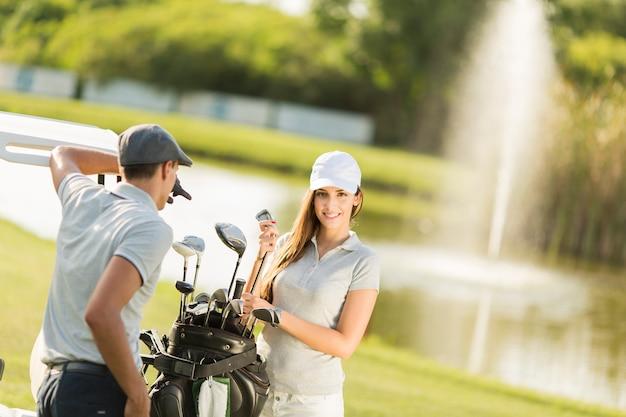 Jeune couple au terrain de golf
