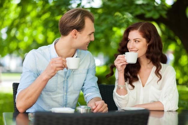 Jeune couple, avoir, café, dehors