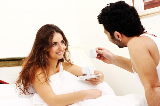 Jeune couple, avoir, petit déjeuner, dans lit