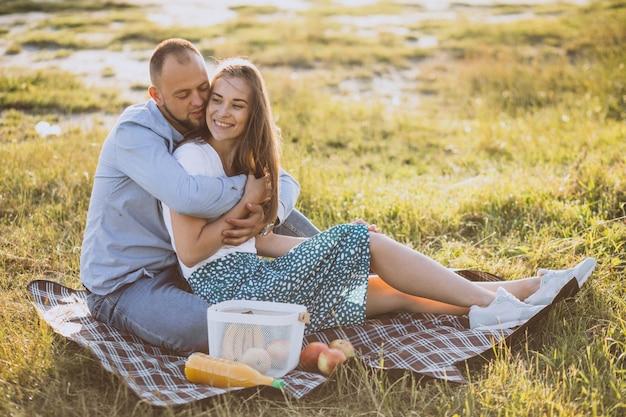 Jeune couple, avoir pique-nique, dans parc