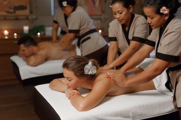 Jeune couple ayant un massage professionnel