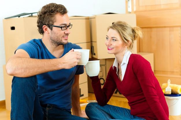 Jeune couple ayant la pause en s'installant