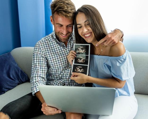Jeune couple ayant une vidéoconférence