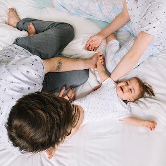 Jeune couple avec bébé le matin