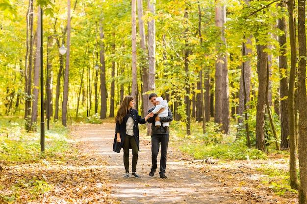 Jeune couple avec bébé nouveau-né à l'extérieur à l'automne
