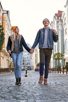 Un jeune couple de blogueurs de voyage se promène dans la vieille ville