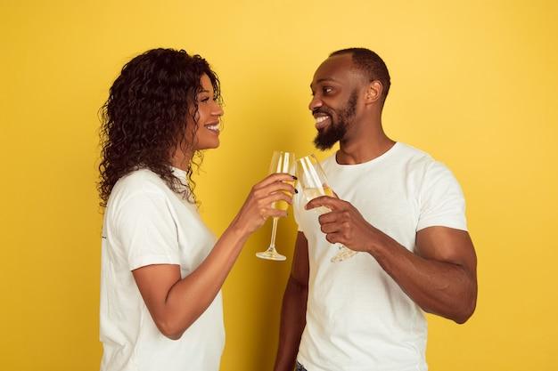 Jeune couple, boire, champagne