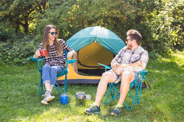 Jeune couple, boire, thé, près, tente