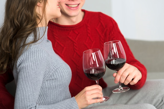 Jeune couple, boire vin, sur, divan