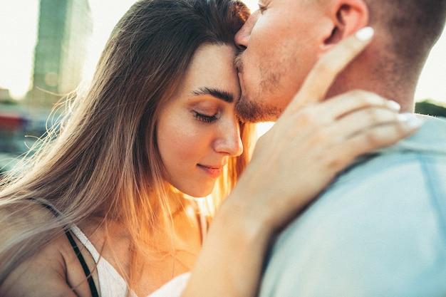 Jeune couple bronzé à l'extérieur